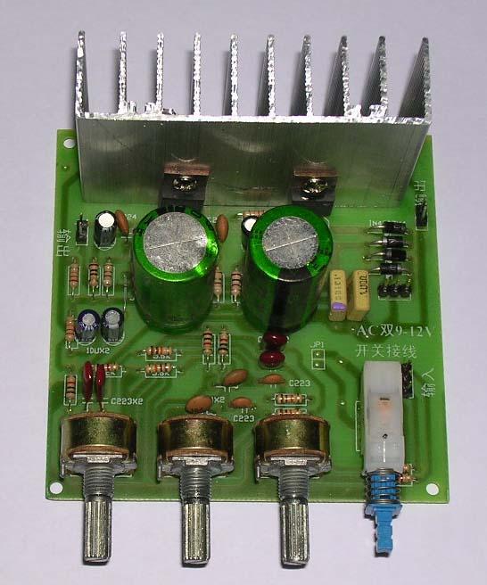 双声道18W TDA2030A功放板: 该板功放片为TDA2030A,双声道18W。带低音、高音、音量,三个调节电位器,和一个外接开关。是您做电脑音箱的理想选择。电源电压:双组直流9V12V。 功放板尺寸:99cm;价格:25元