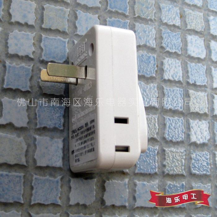 无线遥控插座 遥控开关控制器 智能转换插座 万能插座(红外型) ---- 用于智能家居无线控制灯具  插座正面是多功能三插,两侧面分别为二插,黑色按扭控制这三个插口同开同关,背面是对码说明书 插座最大承受功率:感性负载为100W(节能灯,日光灯,变压器等),阻性负载为400W(乌丝灯,饮水机,电热毯类电器) 【产品名称】:HLD_004无线遥控插座(转换插座,学习型) 【相关配件】:此图插座1个,说明书贴在背面,此价不含遥控器,遥控器可到本店另配(点此购买),此产品可适用市面上大多数315频率,芯片为22