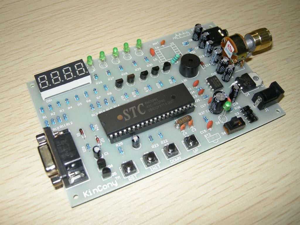 点击上面窗口进行在线播放,双击进行全屏观看  [知识要点] 数字式调频立体声收音机飞利浦专用数字收音集成电路,能接收87.50MHz 到107.00MHz 频率的调频广播信号,并可输出立体声的音频信号。 9.3.1电路工作原理 数字式调频立体声收音机采用飞利浦专用数字收音集成电路,利用单片机控制,用4位LED数码管显示接收信号的频率,通过手动按键来减小或增大接收信号的频率值,精度为0.