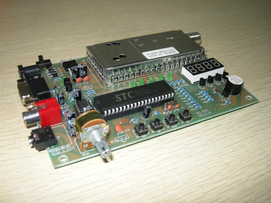 "KC-204 数字式电视信号接收板可以完成 47.50MMHz 到860.00MHz 频率的电视信号接收,适用于有线电视或无线电视信号源,可输出AV复合视频和音频信号。采用飞利浦专用数字式高频头,接收稳定可靠。板载TDA2822功放电路,同时有左右声道音量调节电位器。 [[img HEIGHT=""270"" ALT=""电视卡"" src=""http://simg."