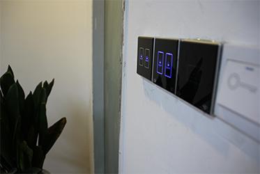 安装完成的86型智能灯光面板