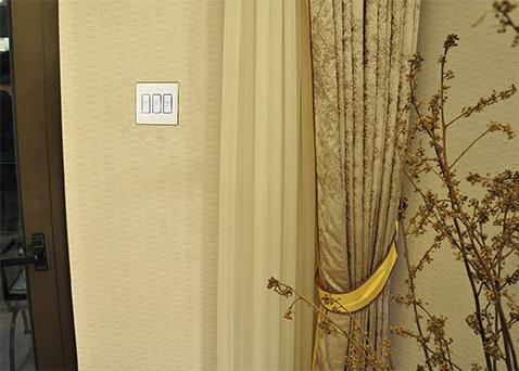 安装好的智能窗帘面板